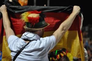Sport-Fan mit deutscher Flagge in Händen