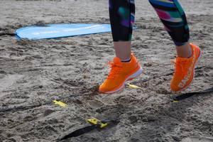 Sportlerin beim Training in bunten ASICS Laufschuhen