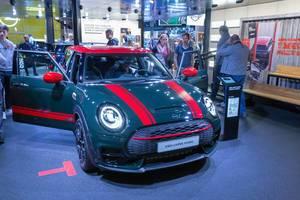 Sportliches Kompaktauto: MINI Clubman John Cooper Works mit ALL4 Allradantrieb, in dunkelgrün-rot