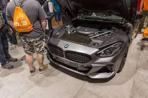 Sportwagen auf der IAA: Offene Motorhaube des BMW Z4 Roadster