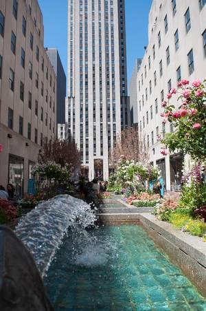 Springbrunnen mit Wolkenkratzer im Hintergrund in New York City, USA