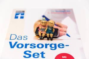 Srtiftung Warentest - Das Vorsorge Set Broschüre mit zwei Figuren symbolisieren das Alter