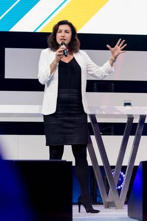 Staatsministerin Dorothee Bär gestikuliert während ihres Impulsvortrags auf der Bühne des Digital X Events in Köln