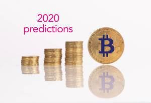 Stapel aus Goldmünzen mit goldener Bitcoin-Münze und 2020 Prognose- Text
