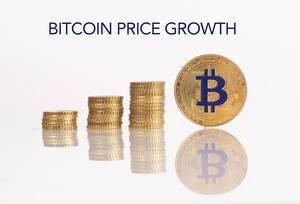 """Stapel aus Goldmünzen mit goldener Bitcoinmünze und dem Text """"Bitcoin Price Growth"""" (Bitcoin Preissteigerung)"""