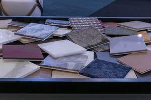 Stapel von Fliesen in verschiedenen Farben und mit unterschiedlichen Beschichtungen für Boote