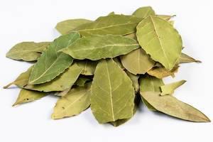 Stapel von getrockneten Blättern auf weißem Untergrund