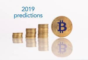 Stapel von Goldmünzen mit goldenem Bitcoin und 2019 Prognose Text