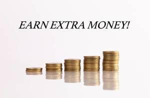 """Stapel von Münzen mit dem Text """"Earn Extra Money""""  (Verdiene zusätzliches Geld)"""