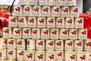 Stapel von Rindergulasch-Dosen
