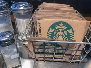 Starbucks umweltfreundliches Verpackungsmaterial, mit Becherhülsen aus Pappe, als Hitzeschutz