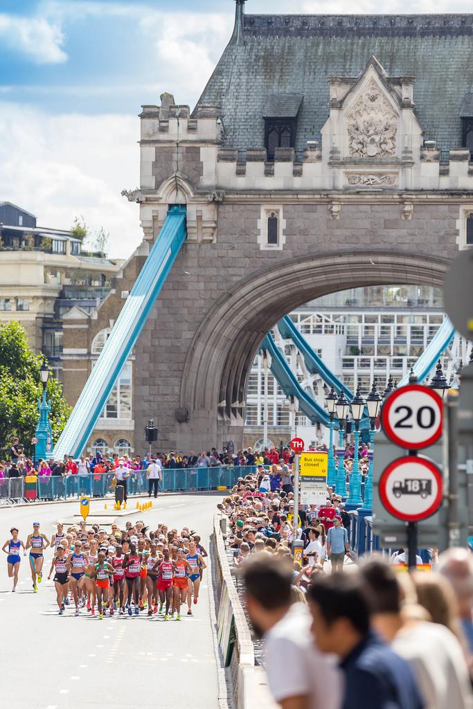 Start des Marathons der Frauen von der Tower Bridge in London bei der Leichtathletik-WM