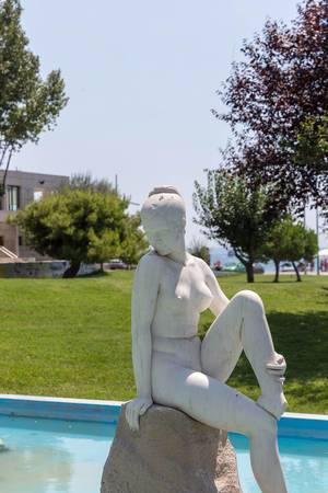 Statue einer nackten Frau im Gedenkpark in Thessaloniki