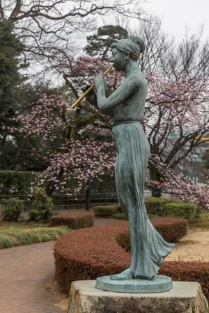 Statue mit Flöte in Tokio