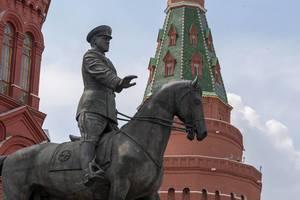 Statue von Marschall Schukow und ein Kreml-Turm im Hintergrund