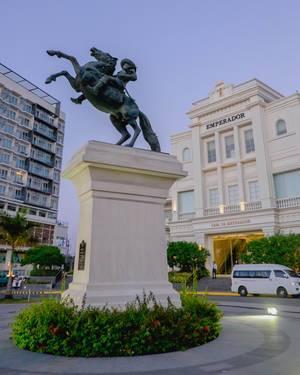 """Statue zeigt Reiter auf Pferd auf Verkehrsinsel, vor dem Museum für Zeitgenössische Kunst """"Casa de Emperador"""" in Iloilo, Philippinen"""