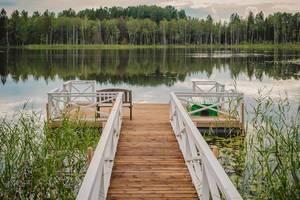 Steg mit Boot und Sitzbank am See