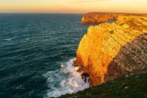 Steile Klippen am Meer an äußerster Ecke Europas bei Cabo de Sao Vicente in Portugal