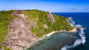 Steinige Küste in Baie Sainte Anne, Seychellen - Luftbildfotografie