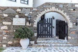 Steintreppe, Mauer und Eingangstor vor dem Hotel Antirides in Naoussa auf Paros, Griechenland