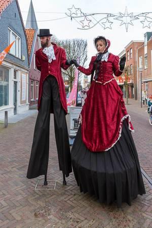 Stelzenläufer-Pärchen in schicken Kostümen in Joure, Niederlande