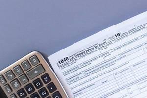 Steuerformular 1040 und ein Taschenrechner. US-Steuerformular