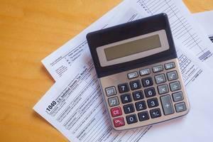 Steuerformular 1040 und ein Taschenrechner