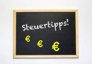 Steuertipps text on blackboard