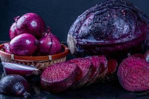 Stillleben mit frischem purpurrotem Gemüse Konzept der gesunden Ernährung