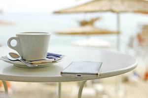 Stock: Kaffee und Smartphone (Kaffeepause)