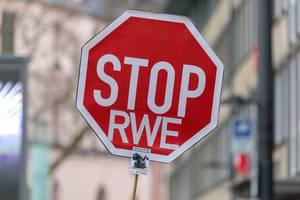STOP-Verkehrszeichen ergänzt durch RWE als Protest gegen Braunkohle