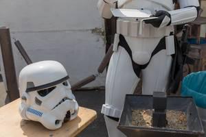 Stormtrooper Cosplayer ohne Helm beim Essen