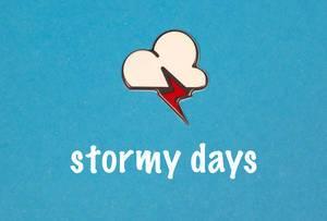 Stormy Days - Schriftzug mit Wolke und Blitz auf blauem Hintergrund