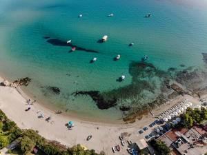 Strand in Afitos und anlegende Boote. Luftbild