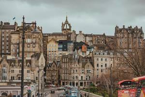 Straßenansicht von Edinburgh in Schottland mit historischen Steinhäusern