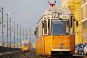 Straßenbahn in Ungarn - Orange Trams begegnen sich in Budapest