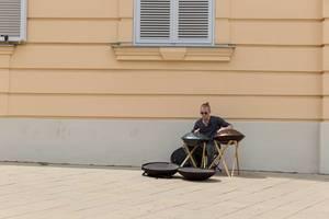 Straßenmusiker in Wien spielt Hang