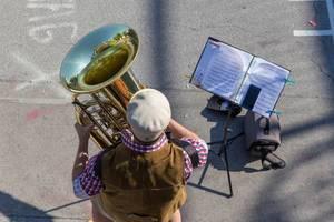 Straßenmusiker spielt Tuba beim Stephansdom in Wien