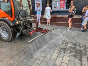 Straßenreinigungsfahrzeug in einer Fußgängerzone in Moskau