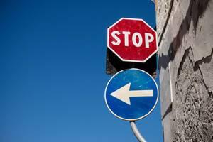 Straßenschilder: Links abbiegen und STOP