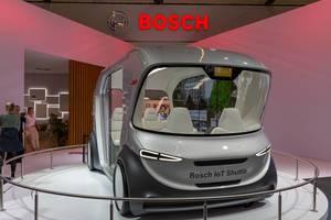Straßenverkehr der Zukunft: Selbstfahrender Bosch IoT Shuttlebus, fährt autonom durch künstliche Intelligenz