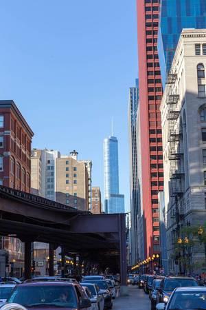 Straßenverkehr in Chicago mit dem Trump International Hotel & Tower im Hintergrund