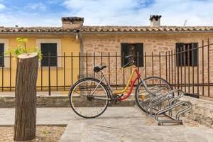 Streetart: Fahrrad mit Häkeldekoration in Alcudia