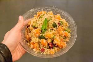 """Streetfood vom vegetarischen """"Hummus Restaurant"""" in Barcelona (Spanien) mit Gemüse-Couscous, Zucchini, Kichererbsen, Süßkartoffeln und Kürbis"""