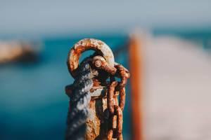 Strick und ein verrosteter Pfosten auf einer Seebrücke