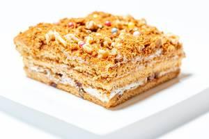 Stück Honigkuchen auf weißem Teller Nahaufnahme