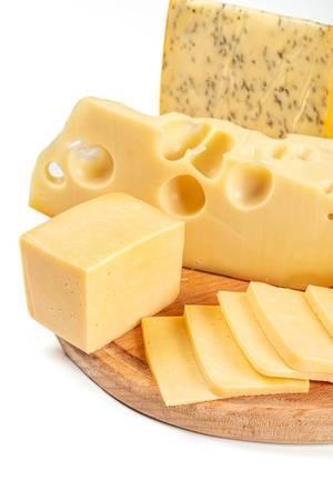 Stücke von verschiedenen Käsen auf einem Holzbrett in Nahaufnahme