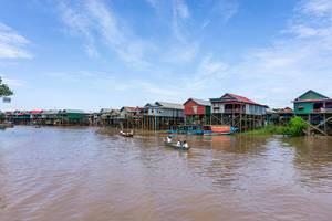 Studenten auf Booten fahren am schwimmende Dorf Kampong Phluk in Cambodia vorbei
