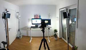 Studio für Youtube Videos mit Kamera mit Stativ, professioneller Beleuchtung und zwei Monitoren auf dem Schreibtisch