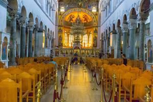 Stühle und das Fresko in der Kirche Hagios Demetrios